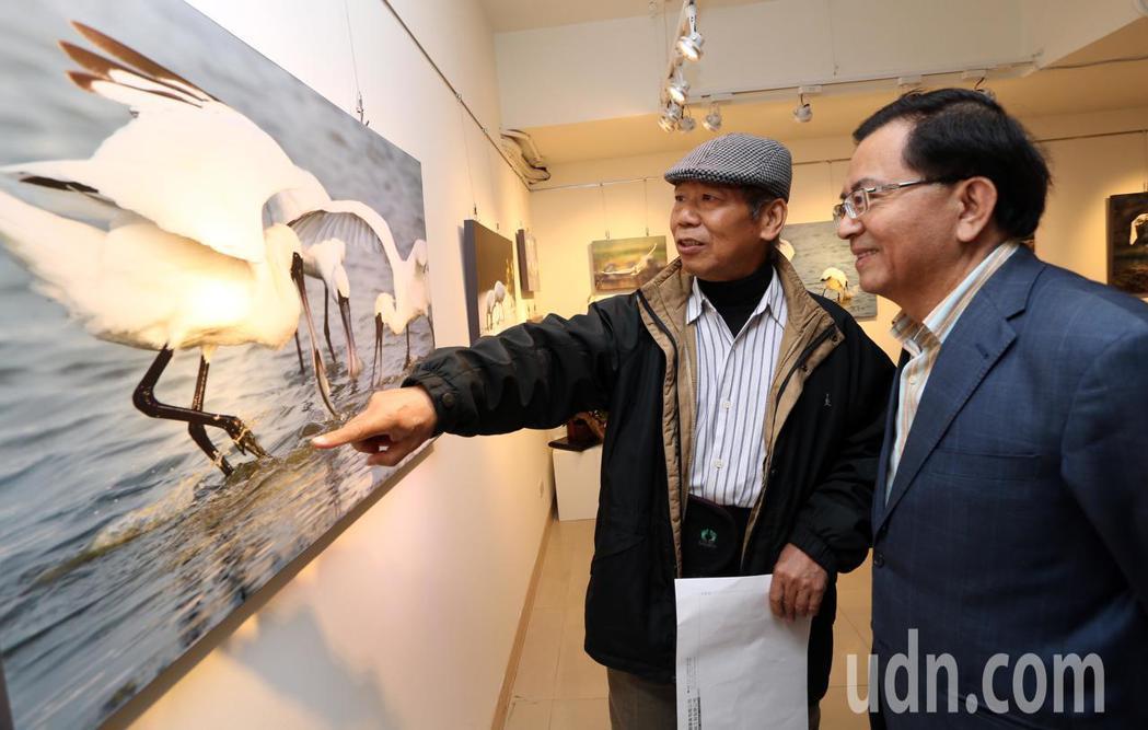 黑琵家族攝影俱樂部成員張順雄教授(右)。記者劉學聖/攝影