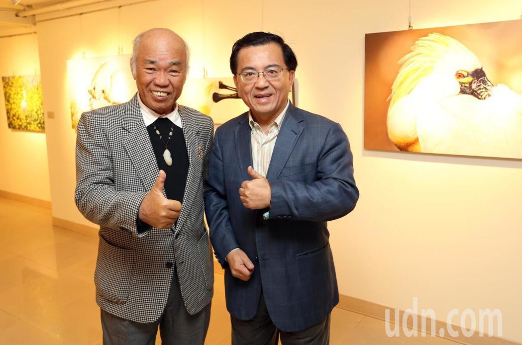 黑琵家族攝影俱樂部成員張順雄(右)、王徵吉(左)在高雄文化中心展出「水舞黑琵-黑...
