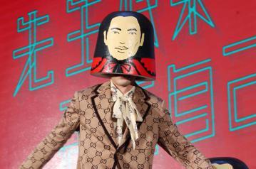 蕭敬騰今天出席『金曲歌王』蕭敬騰 2018《娛樂先生 世界巡迴演唱會》雅聞倍優台北站售票記者會,宣告將於5月26日、27日在台北小巨蛋開唱。拍照時蕭敬騰搞笑把娃娃套在頭上現場即時跳舞,引起粉絲尖叫。...