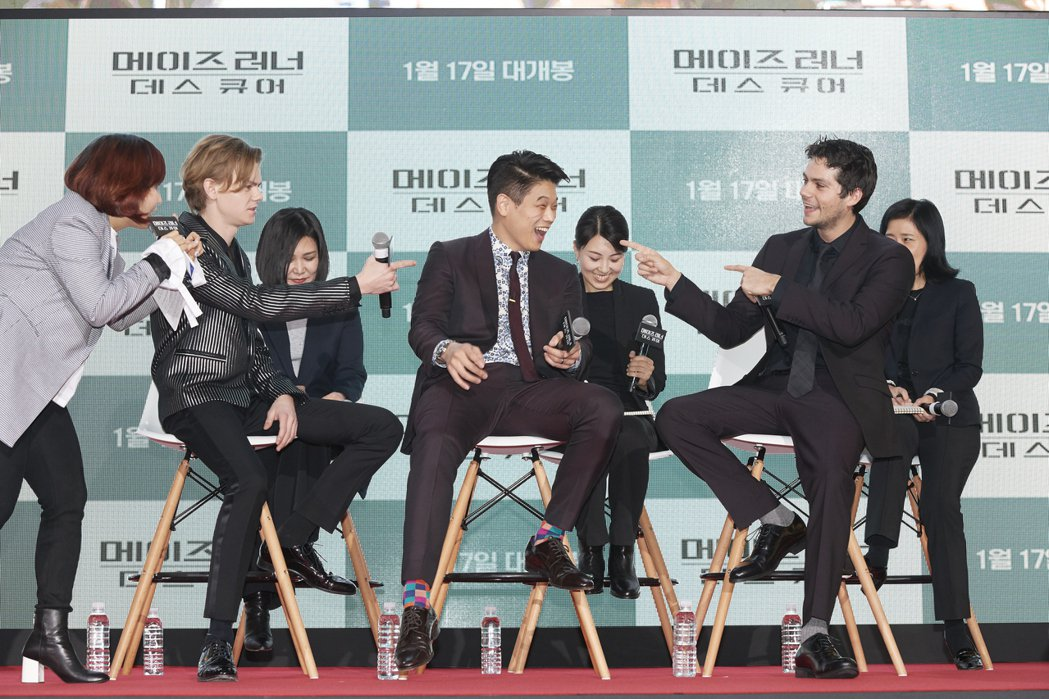湯瑪士桑斯特(左起)、李基弘與狄倫歐布萊恩在首爾首映會上開心與粉絲玩遊戲。圖/福