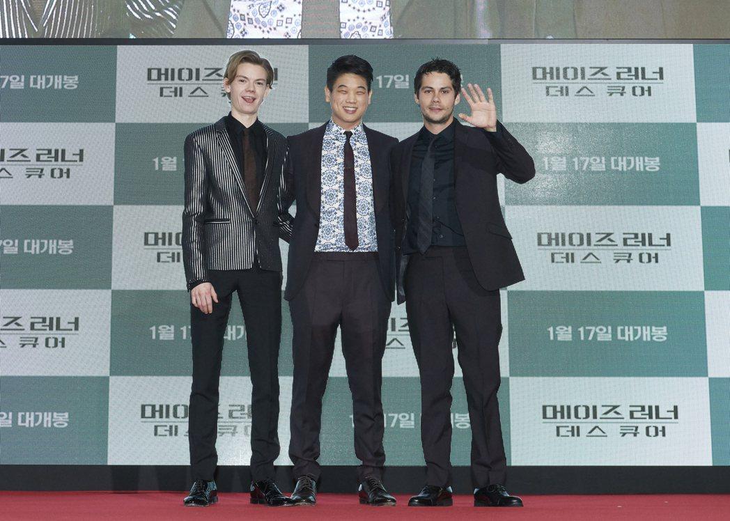 湯瑪士桑斯特(左起)、李基弘與狄倫歐布萊恩在首爾首映會上開心與粉絲玩遊戲。圖/福...
