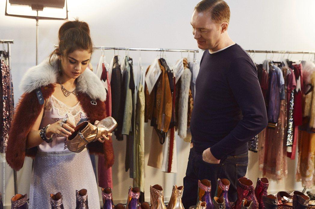 瑟琳娜戈梅茲與執行創意總監Stuart Vevers。圖/COACH提供