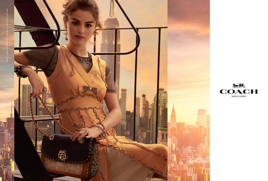 瑟琳娜戈梅茲手中是全新的Parker手袋,以茶香玫瑰打造為轉釦。圖/COACH提...