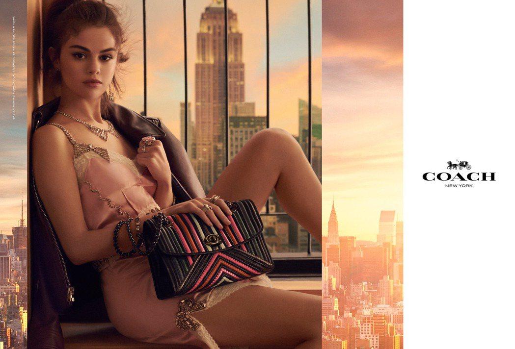 瑟琳娜戈梅茲在形象廣告中詮釋絎縫Nappa皮革製成的Parker手袋。圖/COA...