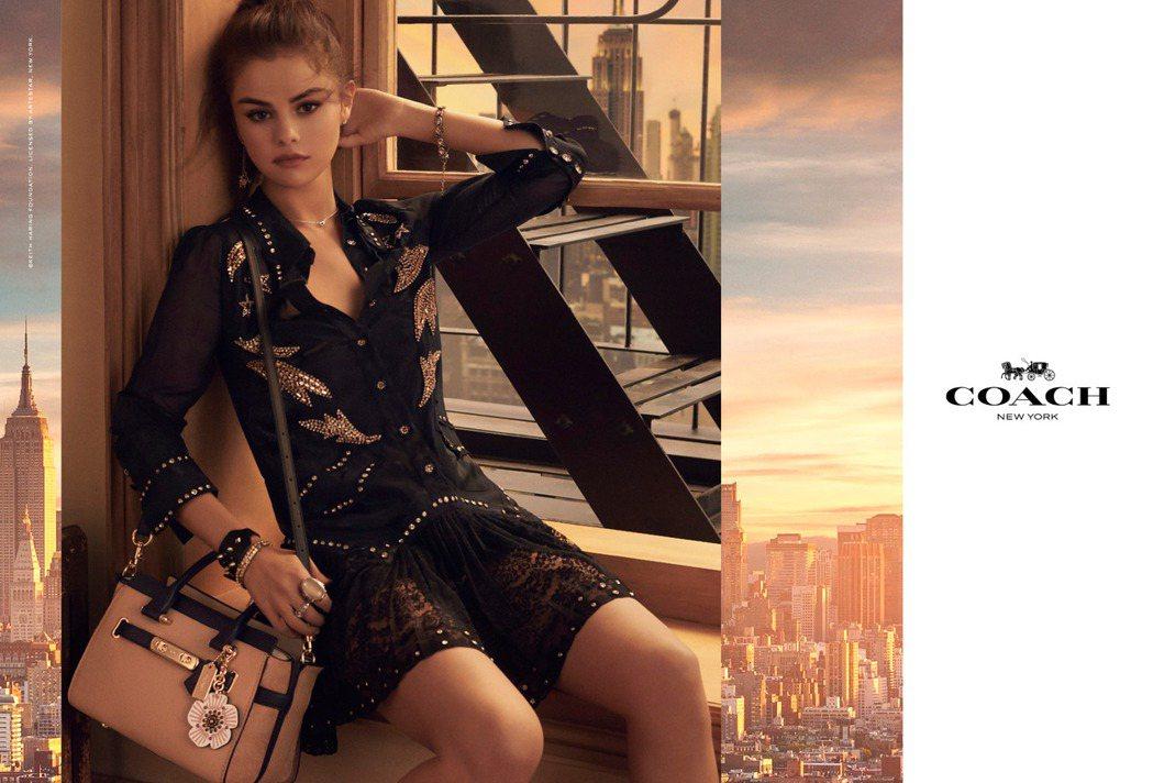 以紐約帝國大廈為遠景的COACH形象廣告由瑟琳娜戈梅茲演繹。圖/COACH提供