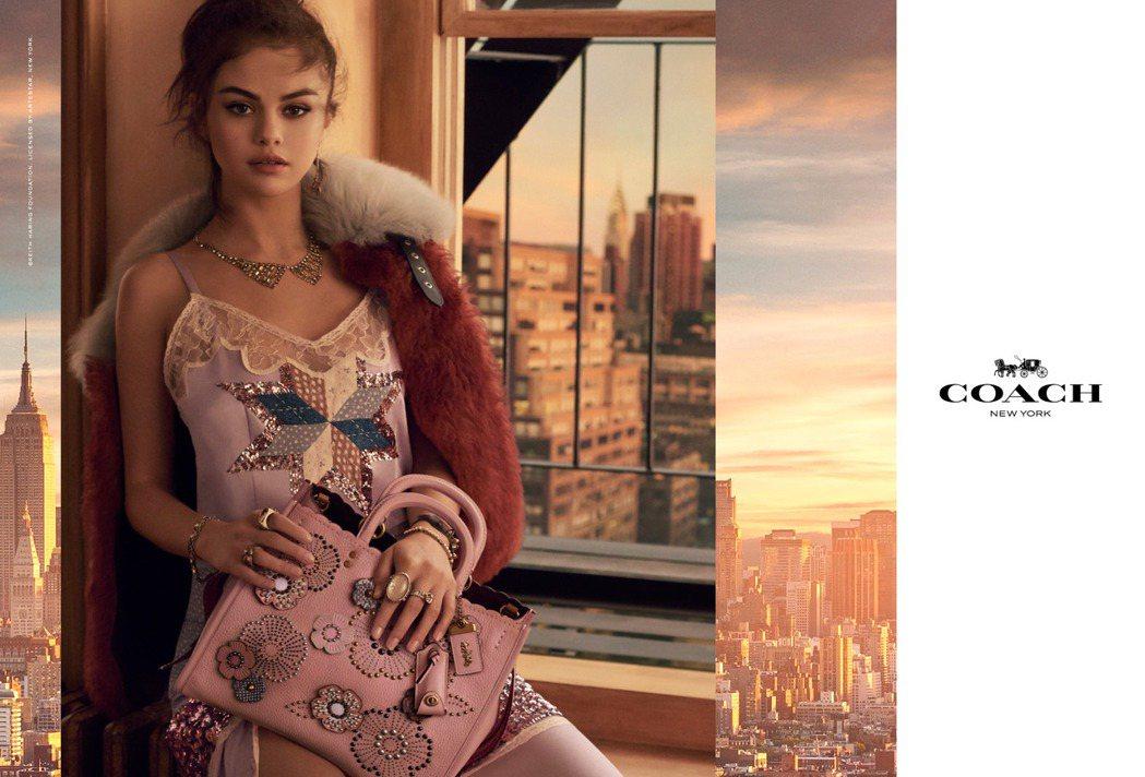 瑟琳娜戈梅茲以多變的風格演繹COACH形象廣告。圖/COACH提供