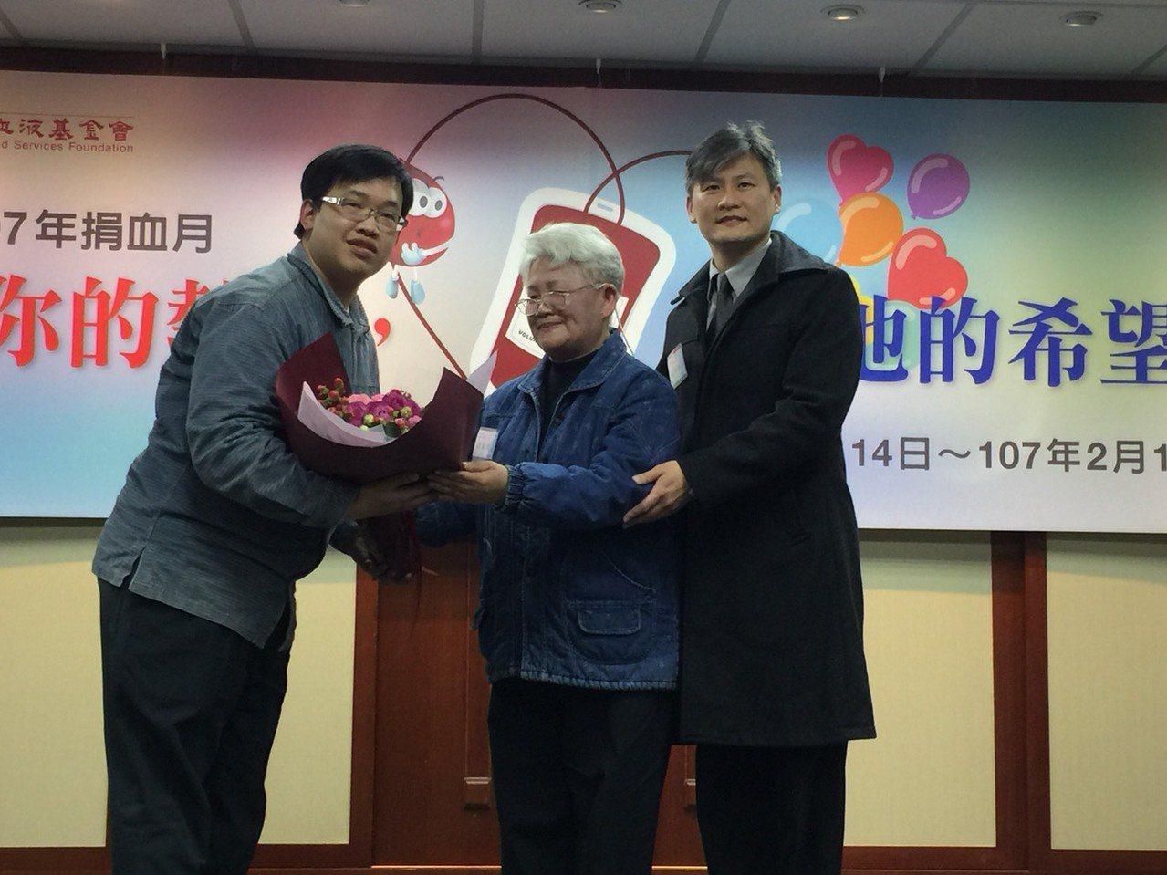 郁仁的母親陳齡珠(中)與弟弟蘇裕翔(右一)接受贈花。記者黃安琪/攝影