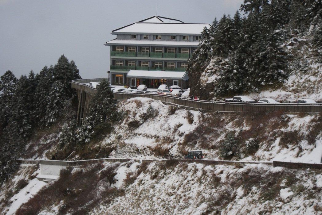 寒流發威,合歡山松雪樓覆上靄靄白雪,不少遊客衝上山賞雪。圖/東勢林管處提供