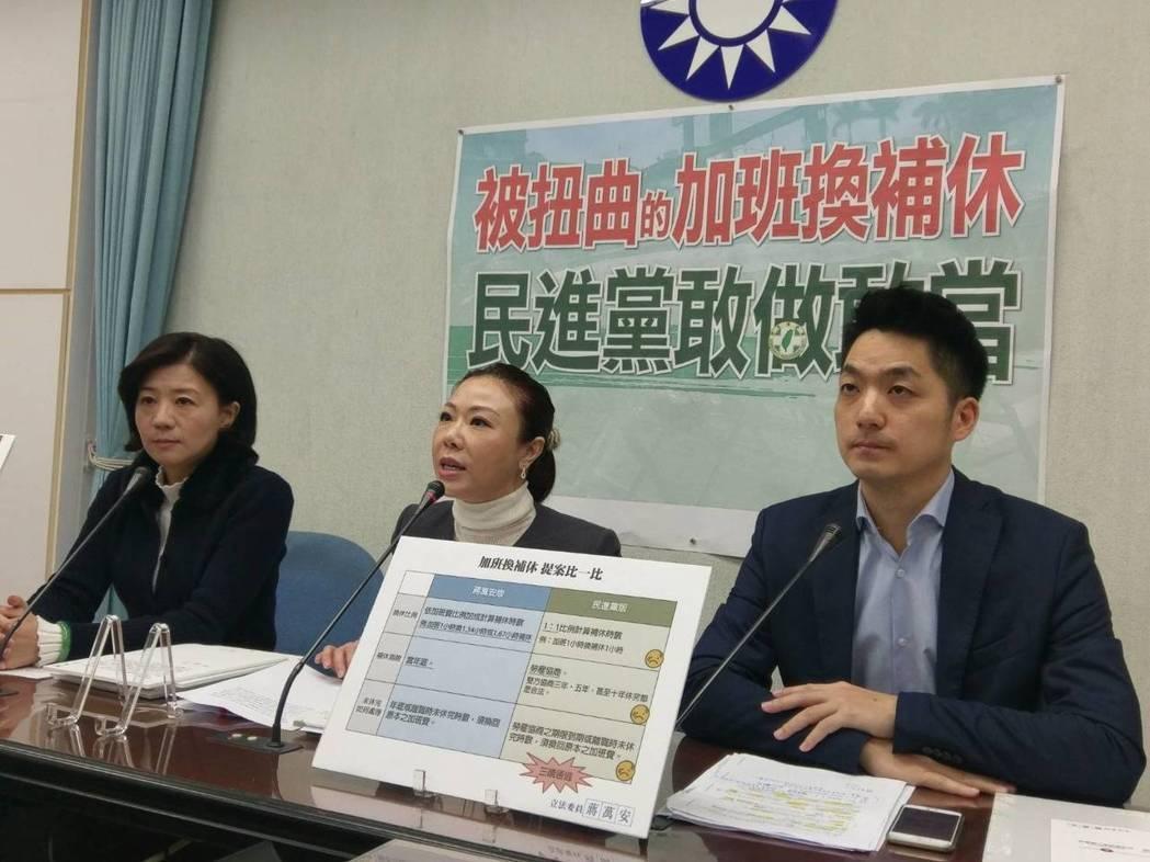 國民黨團不滿行政院發言人徐國勇的發言,要求他向蔣萬安(右)道歉。記者徐偉真/攝影