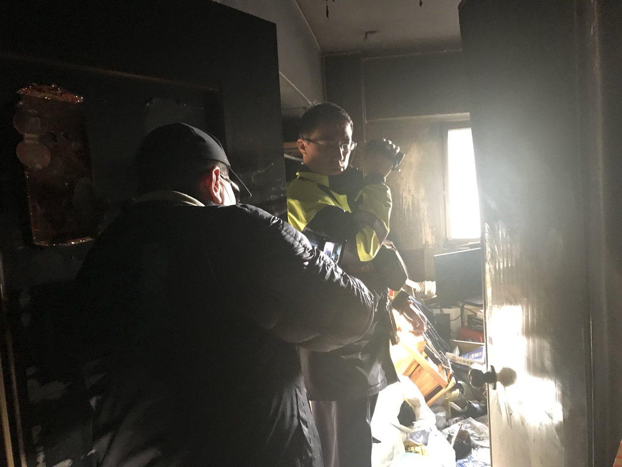 台中市北區三民路3段某住宅大樓今天下午2時許傳出住戶燒炭意外,造成兩死一重傷。記...