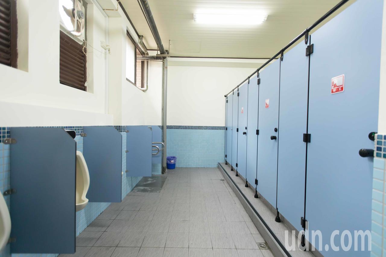 仁愛市場5座廁所改建後,環境變得乾淨、明亮,照明和通風均明顯改善。圖/基隆市政府...