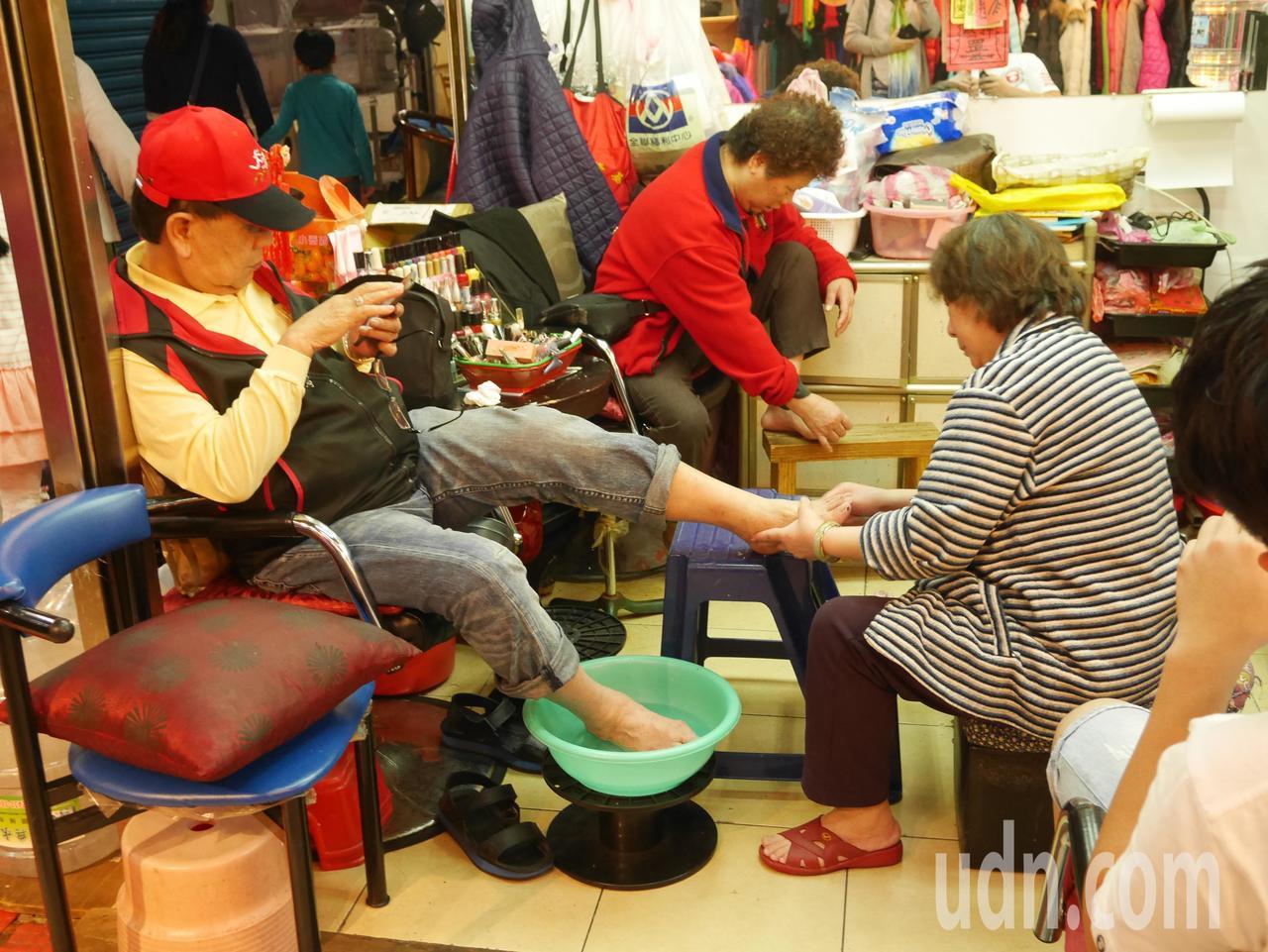 基隆市仁愛市場是許多隱藏版在地美食的集散地,還有美髮修指甲,賣衣服等,可以逛好久...