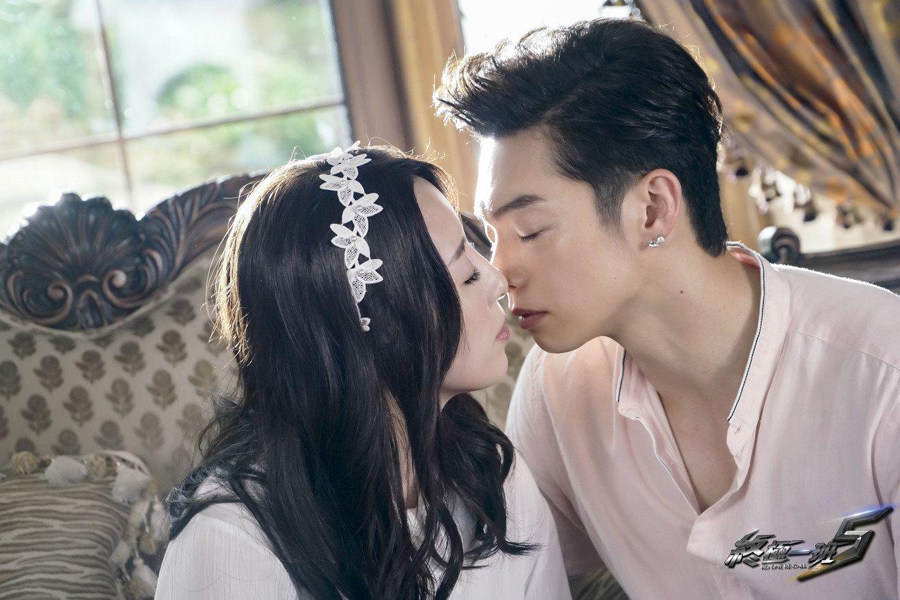 辰亦儒(右)、五熊戲中升格當夫妻拍吻戲。圖/可米傳媒提供