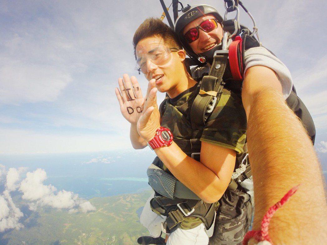 李博翔嘗試高空跳傘。圖/金熙提供