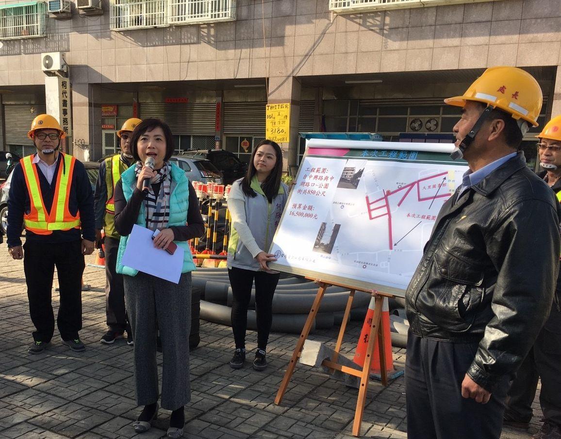 立委何欣純(左前)等人,到場關心台中軟體園區電纜下地工程進度。圖/立委何欣純提供