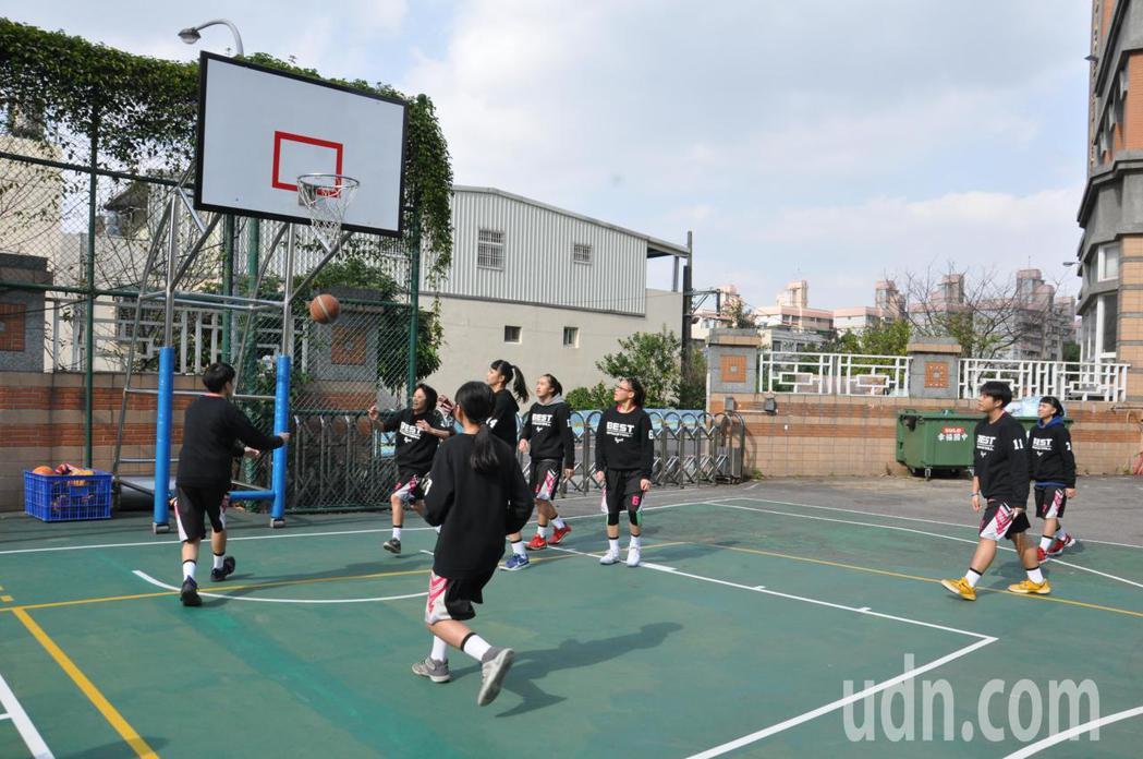 龜山區幸福國中女子籃球隊參加國中籃球聯賽首度勇獲冠軍,3月份將代表桃園市參加全國...