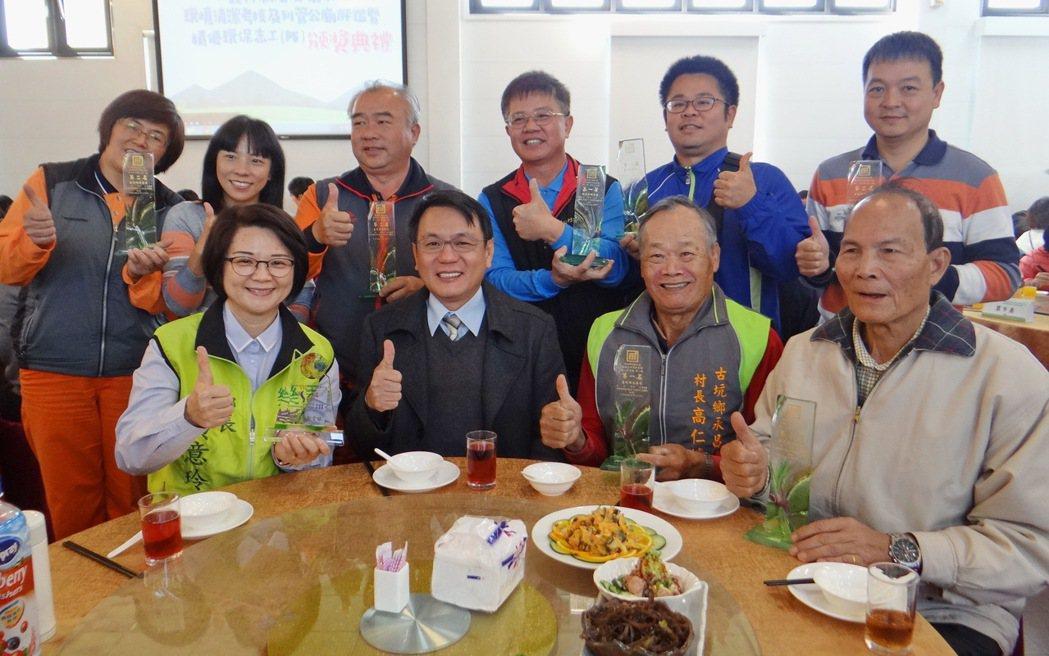 古坑鄉各村長齊心齊力,也在全縣清潔大賽拿下冠軍,村民很開心。記者蔡維斌/攝影