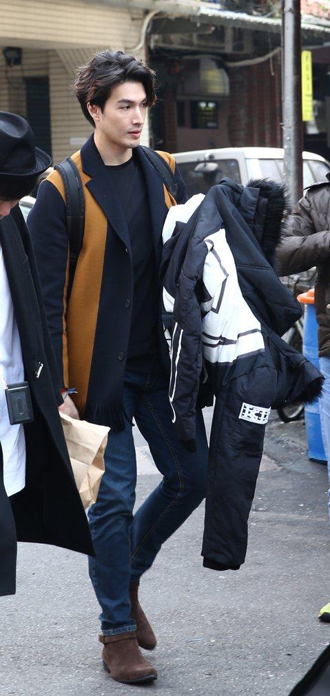錦榮和Akemi(香月明美)因一起主持「王子的移動城堡」,兩人從好友晉級為同事。他們除了在工作時朝夕相處,多次被拍到一起健身、逛街,緋聞不脛而走。12日他們一起現身迪化街,明星光環立刻引來路人注意,...