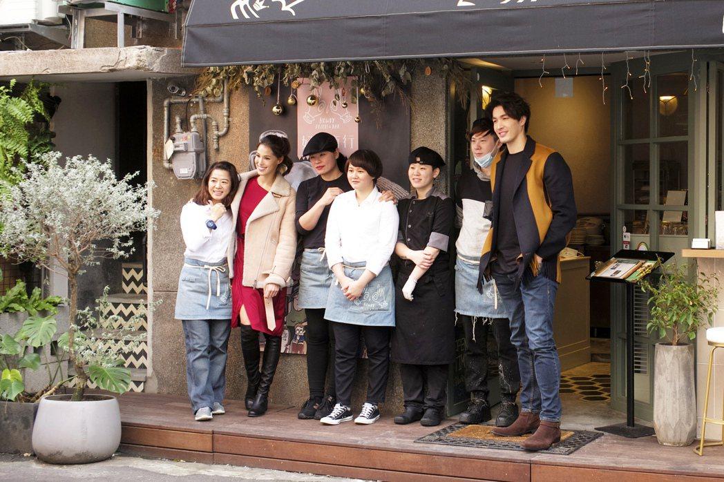 錦榮(右一)多次被傳到跟混血辣模「Akemi」香月明美(左二)約會。記者蘇健忠/...