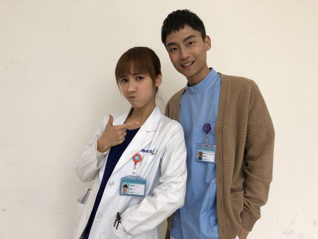 「大鶴」林鶴軒(右)和夏宇禾是台藝大同學。圖/民視提供