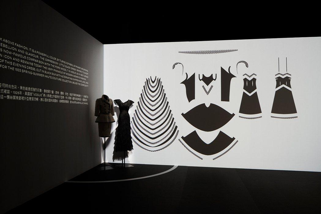 展間包括最具代表性的兩款服飾,小黑洋裝以及斜紋軟呢套裝。圖/香奈兒提供