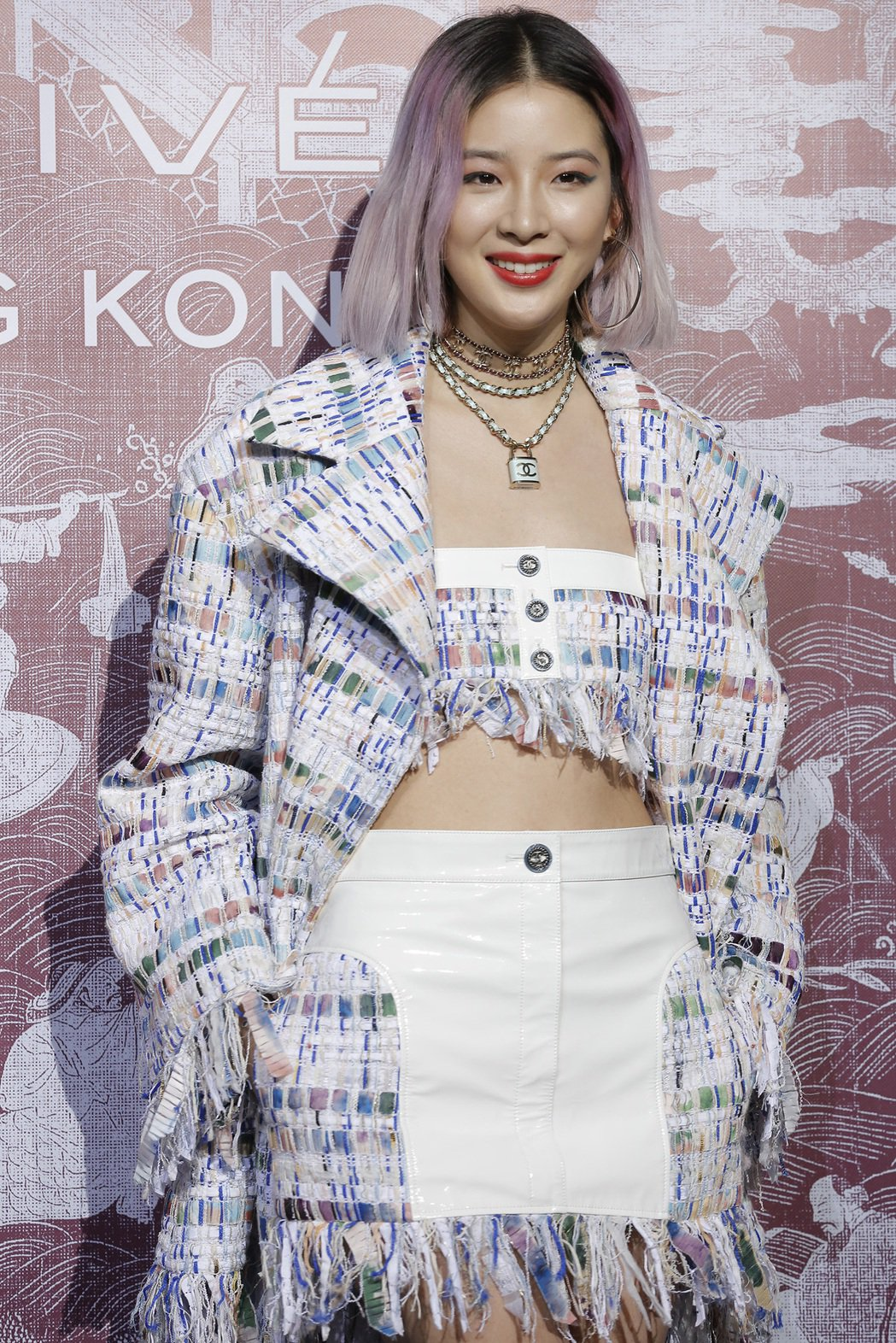 Irene Kim穿混色斜紋軟呢短版上衣,搭配同款外套與白色單寧短裙。圖/香奈兒...