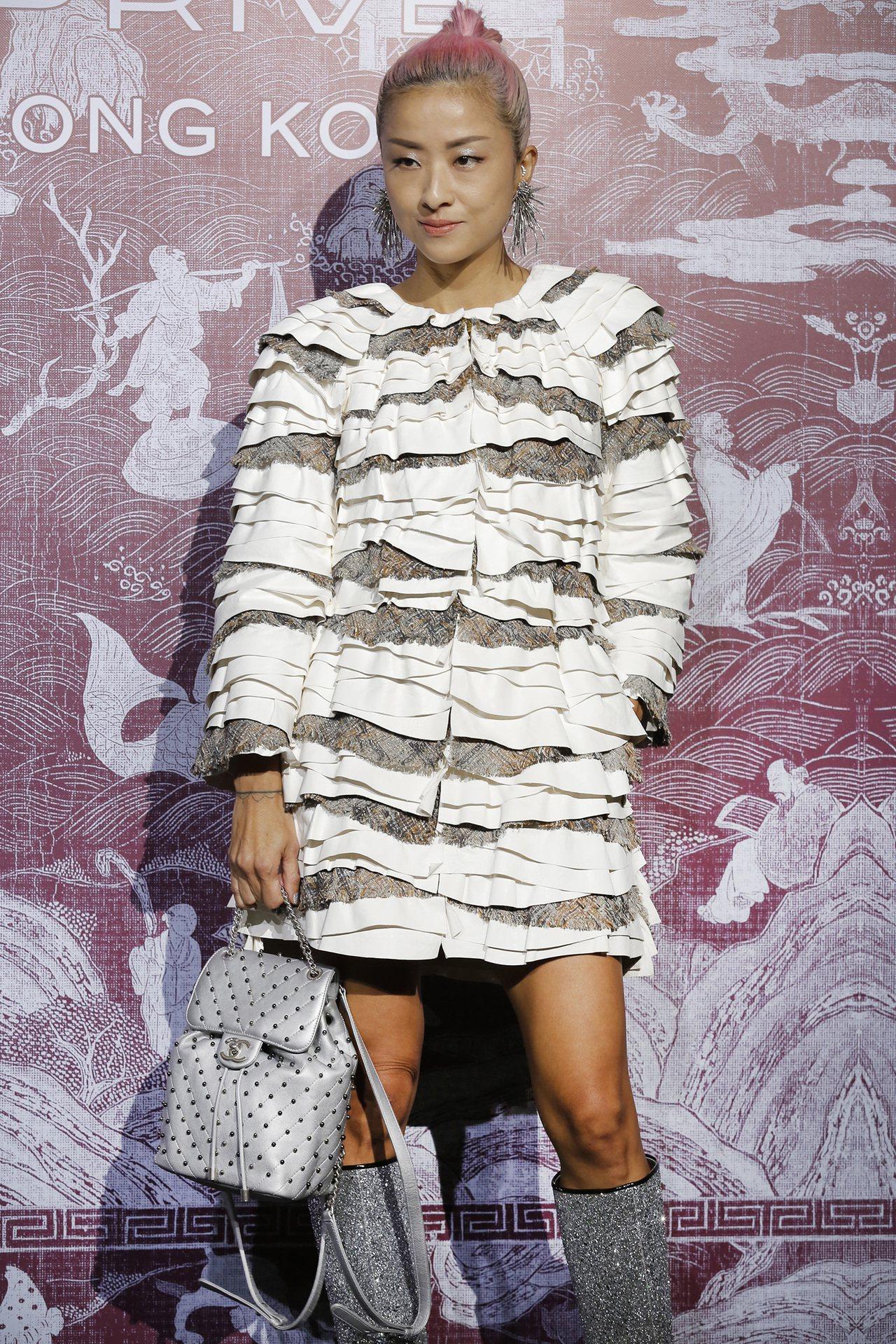 徐濠縈穿著香奈兒2017/18 Cruise渡假系列蕾絲刺繡白色皮質洋裝。圖/香...
