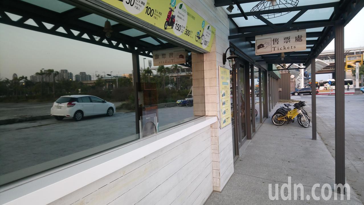 嘉義高鐵站旁低碳運具中心今天沒有營業,辦公室大門深鎖。 記者卜敏正/攝影