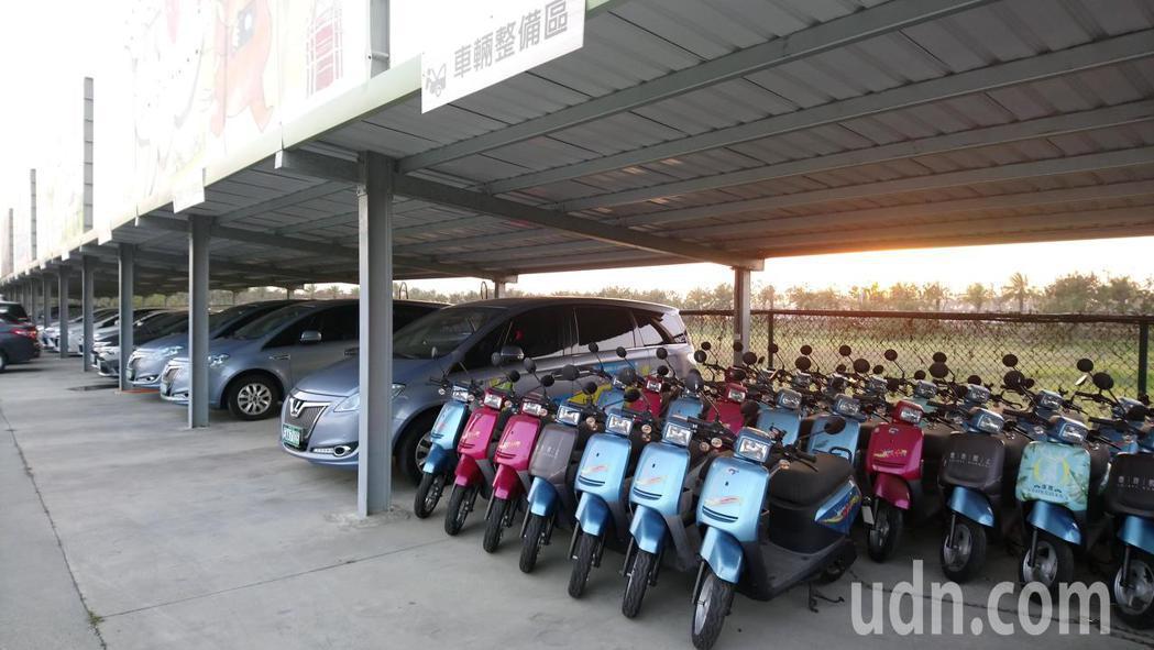 嘉義高鐵站旁低碳運具中心今天沒有營業,車棚內仍停滿電動汽機車。記者卜敏正/攝影