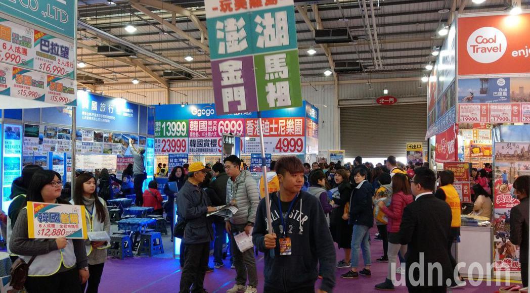 台中國際旅展今登場,旅遊業者紛紛推出清倉價促銷,吸引買氣。記者趙容萱/攝影