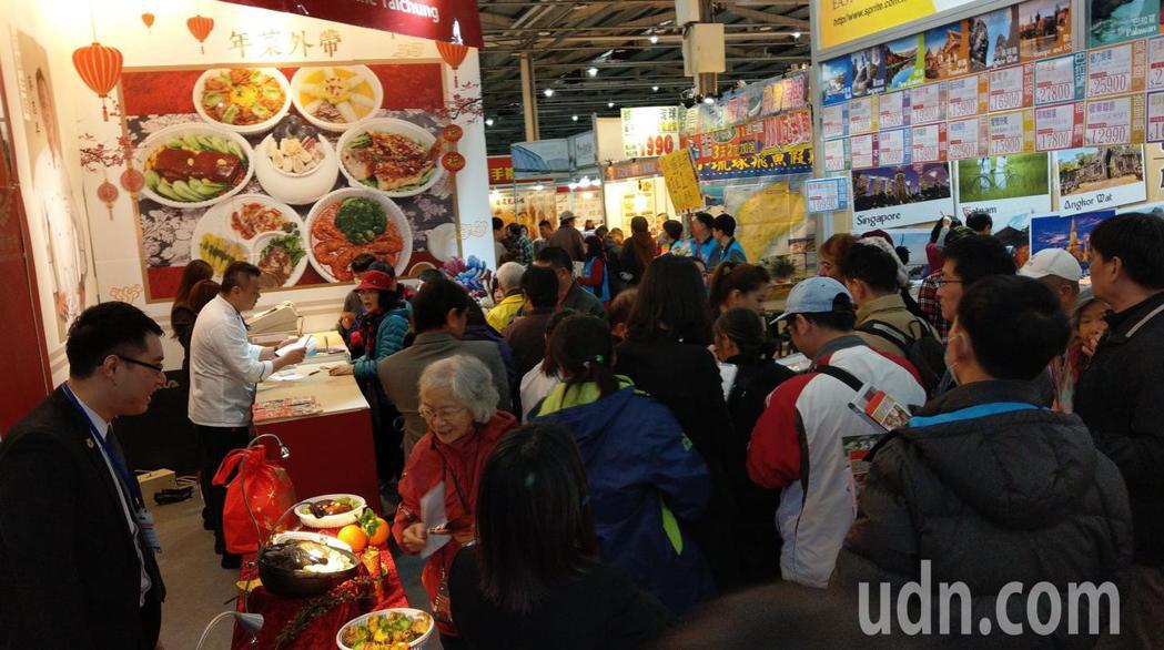 台中國際旅展今登場,參展的餐廳推出超值餐券,買氣熱絡。記者趙容萱/攝影