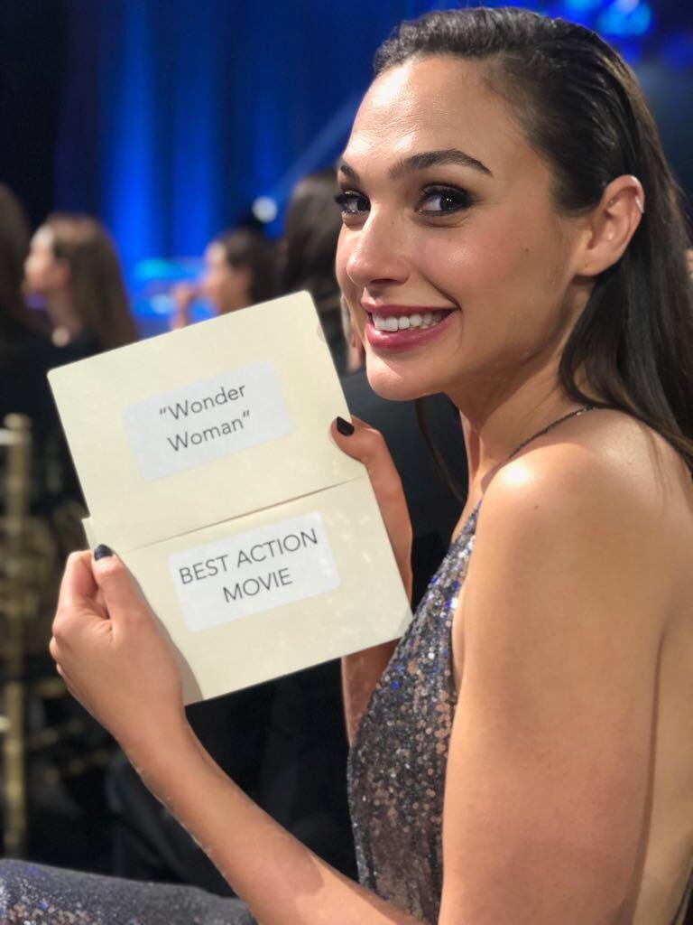 蓋兒加朵代表「神力女超人」領最佳動作電影獎。圖/摘自推特
