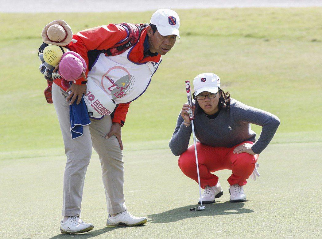 17歲台灣業餘選手張雅淳(右)打出66(-6)桿暫時領先群雌。圖/日立慈善盃提供