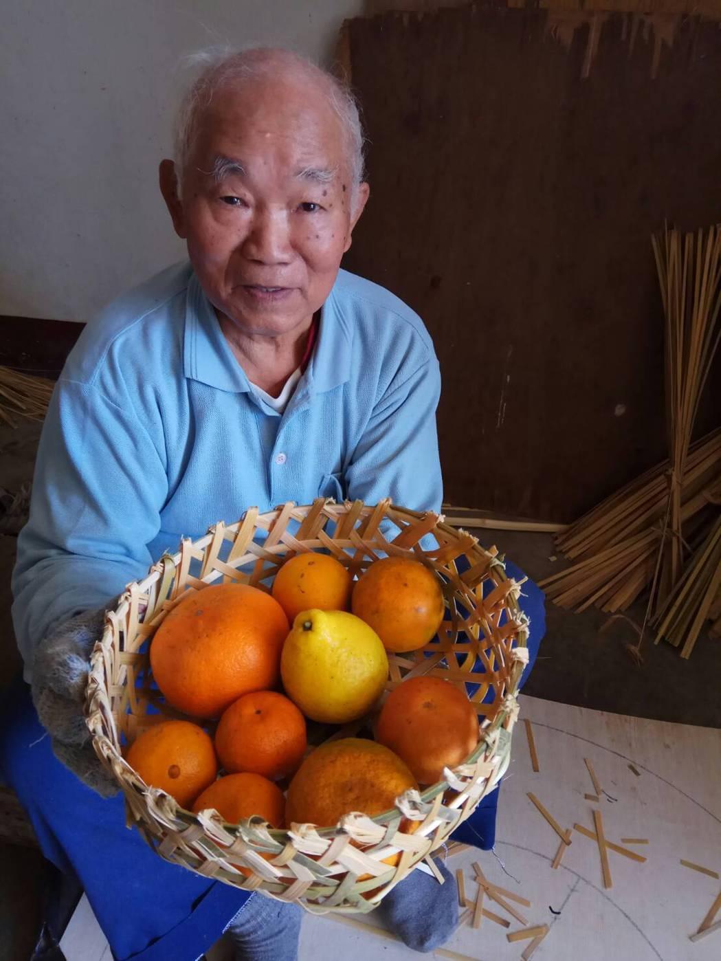 新竹縣芎林鄉84歲老兵黃昌水用手工竹編作為禮盒。記者陳妍霖/翻攝