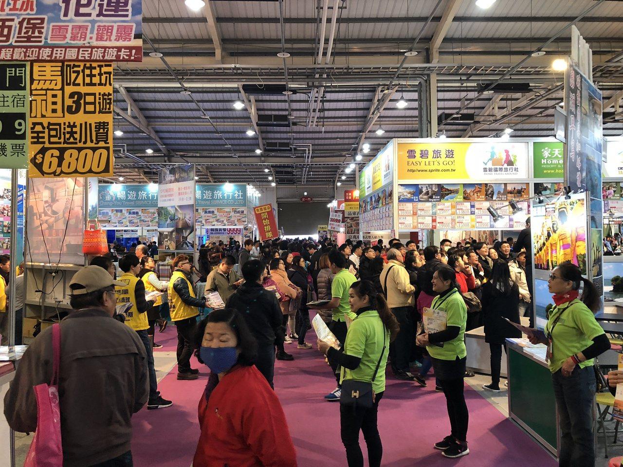 「2018台中國際旅展」開展首日即吸引大批人潮進場搶便宜,把會場擠得水泄不通。記...