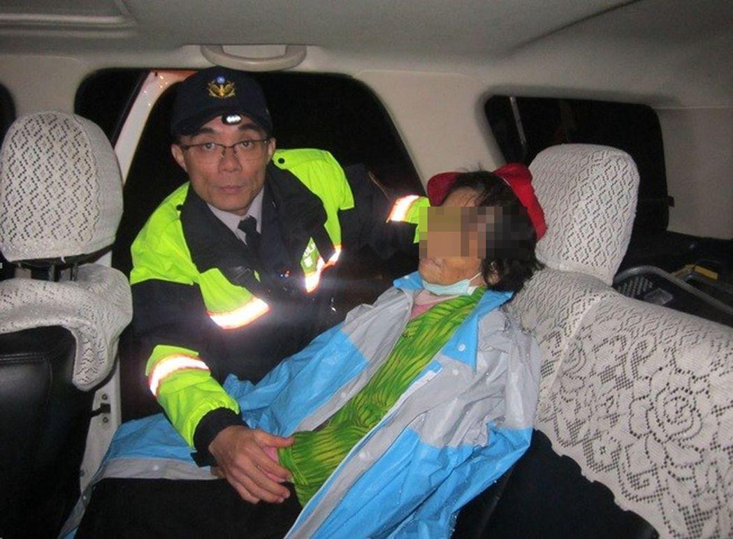 警方怕老婦人失溫,貼心的先幫她穿上雨衣禦寒、用熱毛巾幫婦人擦臉,提供泡麵及溫開水...
