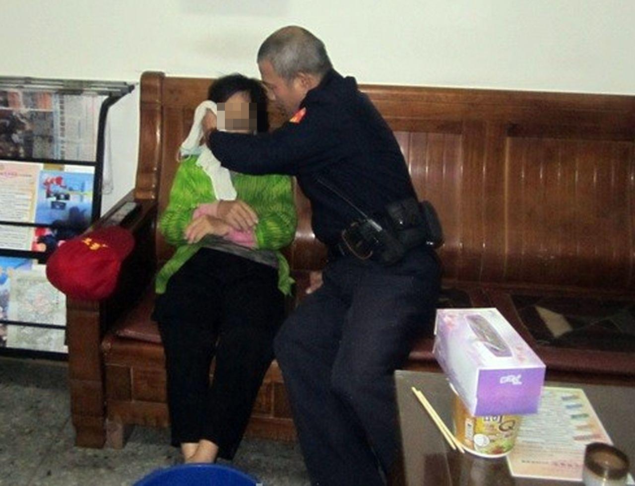 警方怕老婦人失溫,用熱毛巾幫婦人擦臉,提供泡麵及溫開水。圖/記者趙容萱翻攝