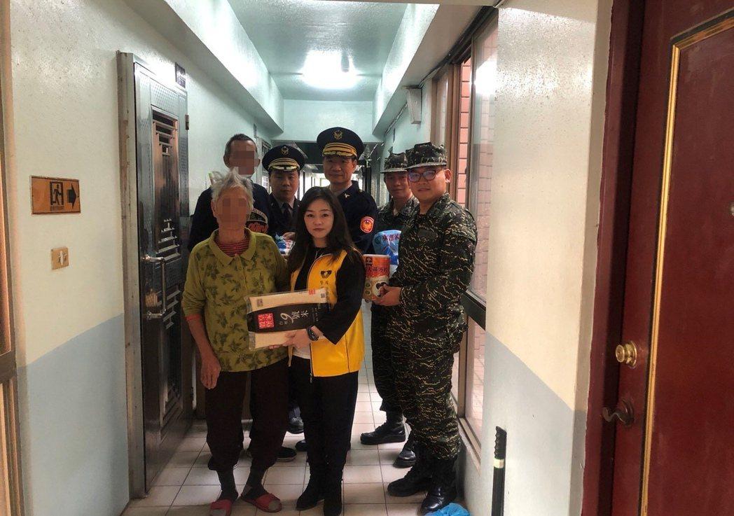 內埔警分局執行安居專案,今天下午立即帶著社會資源前往送暖。記者翁禎霞/翻攝
