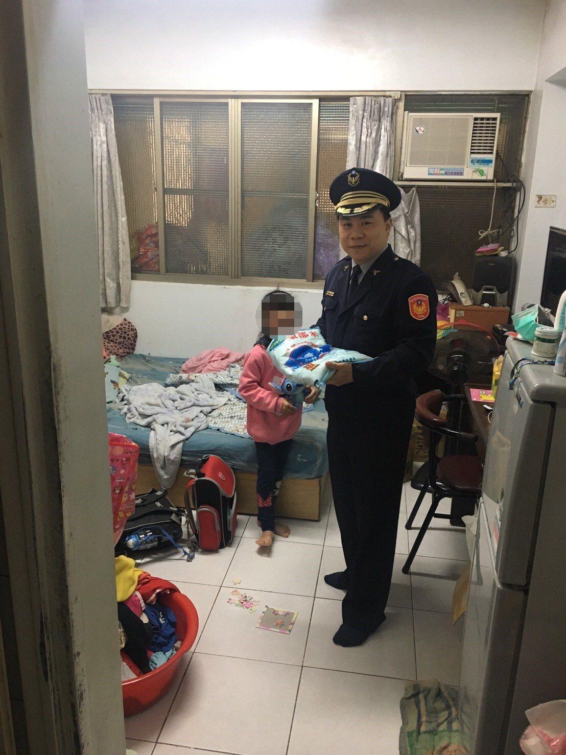 內埔警分局執行安居專案,發現一家五口擠五坪的故事後,今天下午立即帶著社會資源前往...