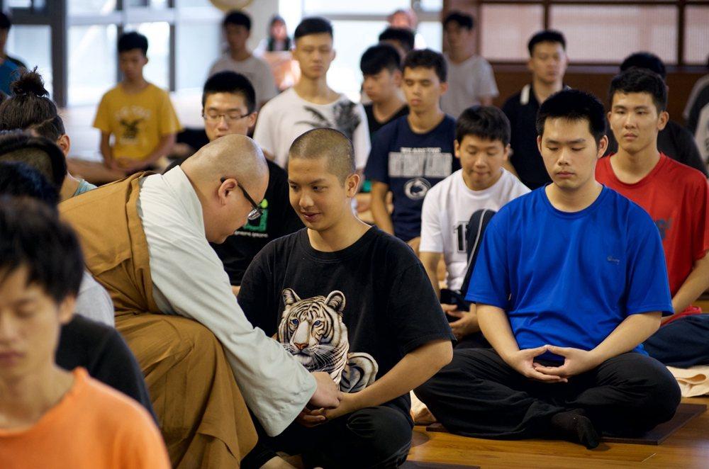 法鼓山舉辦青年禪修營,教新世代放下手機,學會淡定。圖/法鼓山提供