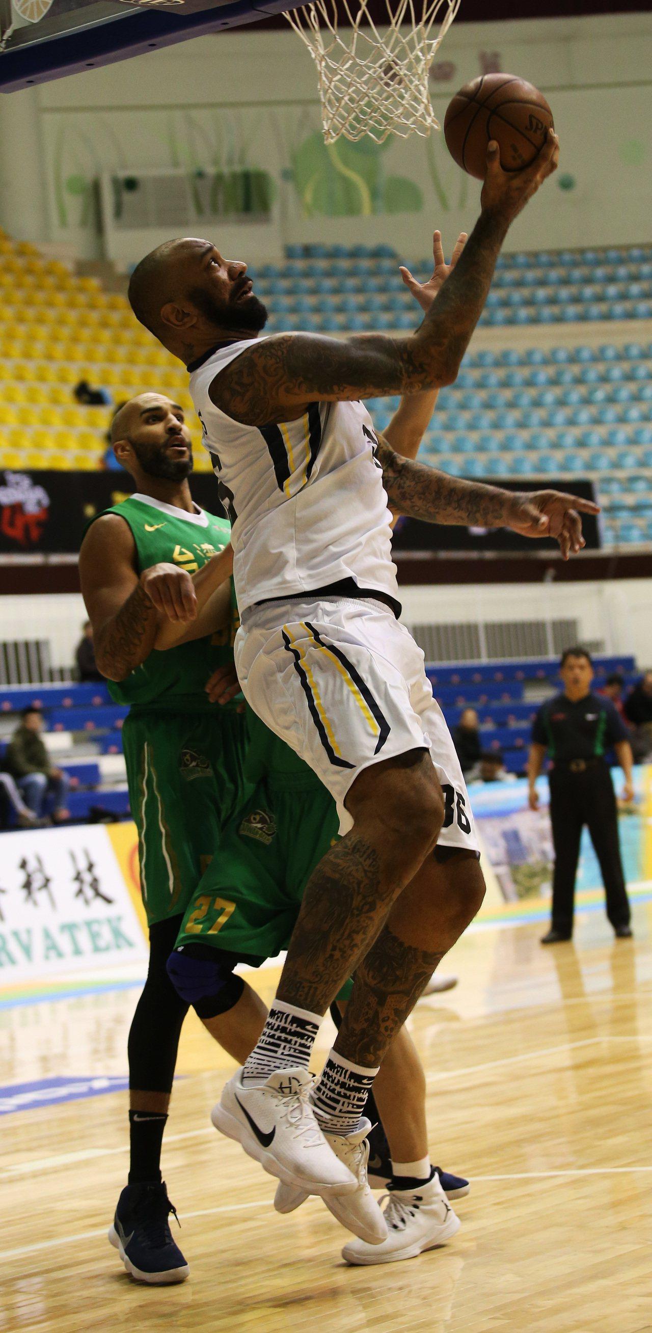 金酒隊洋將拉莫斯籃下反手鉤射。圖/中華籃球協會提供