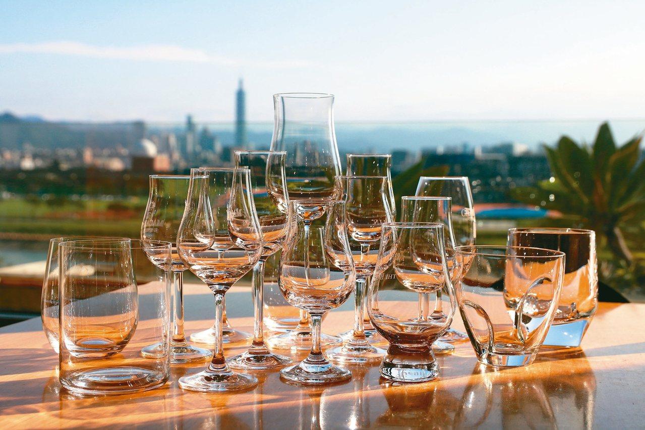 關於酒杯之用,有越顯放鬆自在態勢。威士忌杯亦然。 圖/葉怡蘭提供