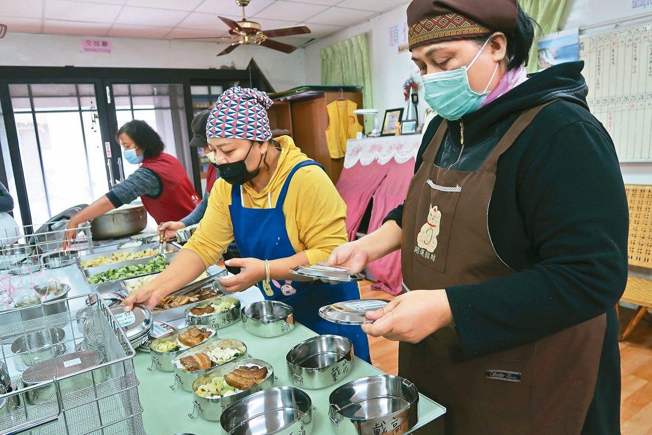 萬安部落健康廚房的志工忙著準備便當,為部落老人送上溫暖。 記者翁禎霞/攝影