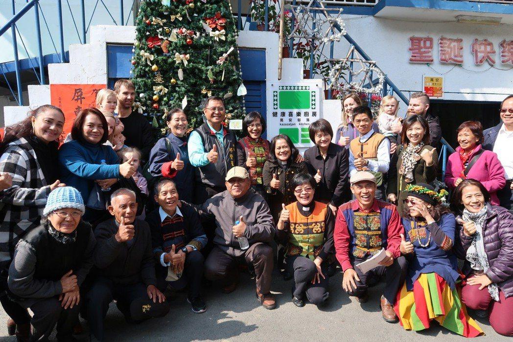 位於屏東縣萬巒鄉萬安長老教會的部落健康廚房昨天掛牌。 記者翁禎霞/攝影