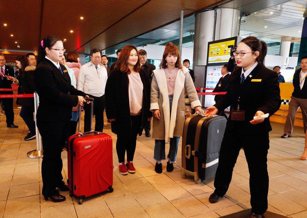 桃園機場每天的凌晨0時至清晨6時,在航廈排班計程車共乘站都可由服務人員媒合使用此...