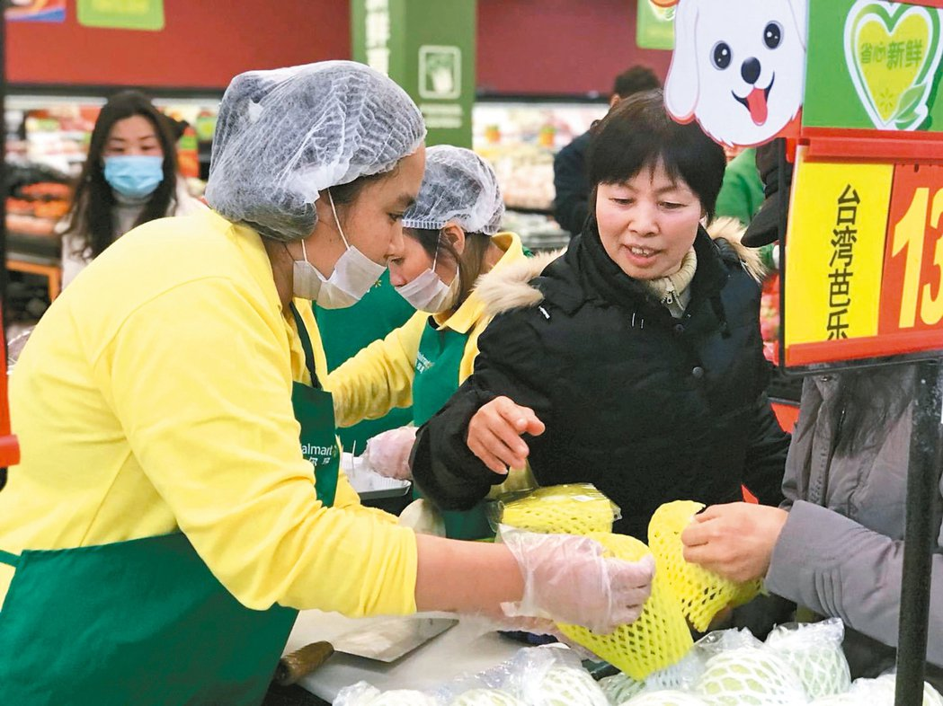 二○一八台灣水果節昨在北京沃爾瑪商場啟動,由屏東縣農民採契作方式提供優質水果,會...