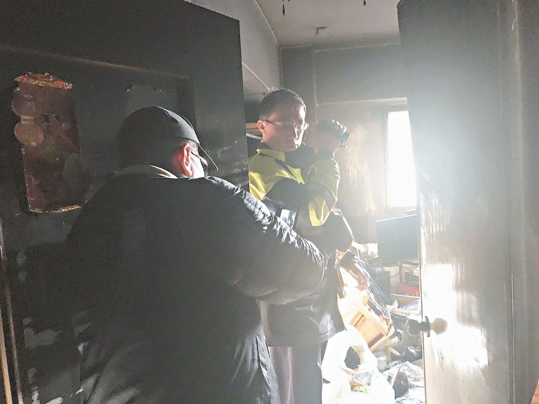 台中市三民路三段住宅大樓十樓昨天下午傳出住戶燒炭,釀兩死一重傷慘劇。 記者陳宏睿...