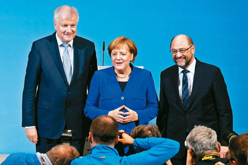 德國總理、基民黨黨魁梅克爾(中)、基社黨黨魁施霍佛(左)與社民黨黨魁舒茲(右)十...