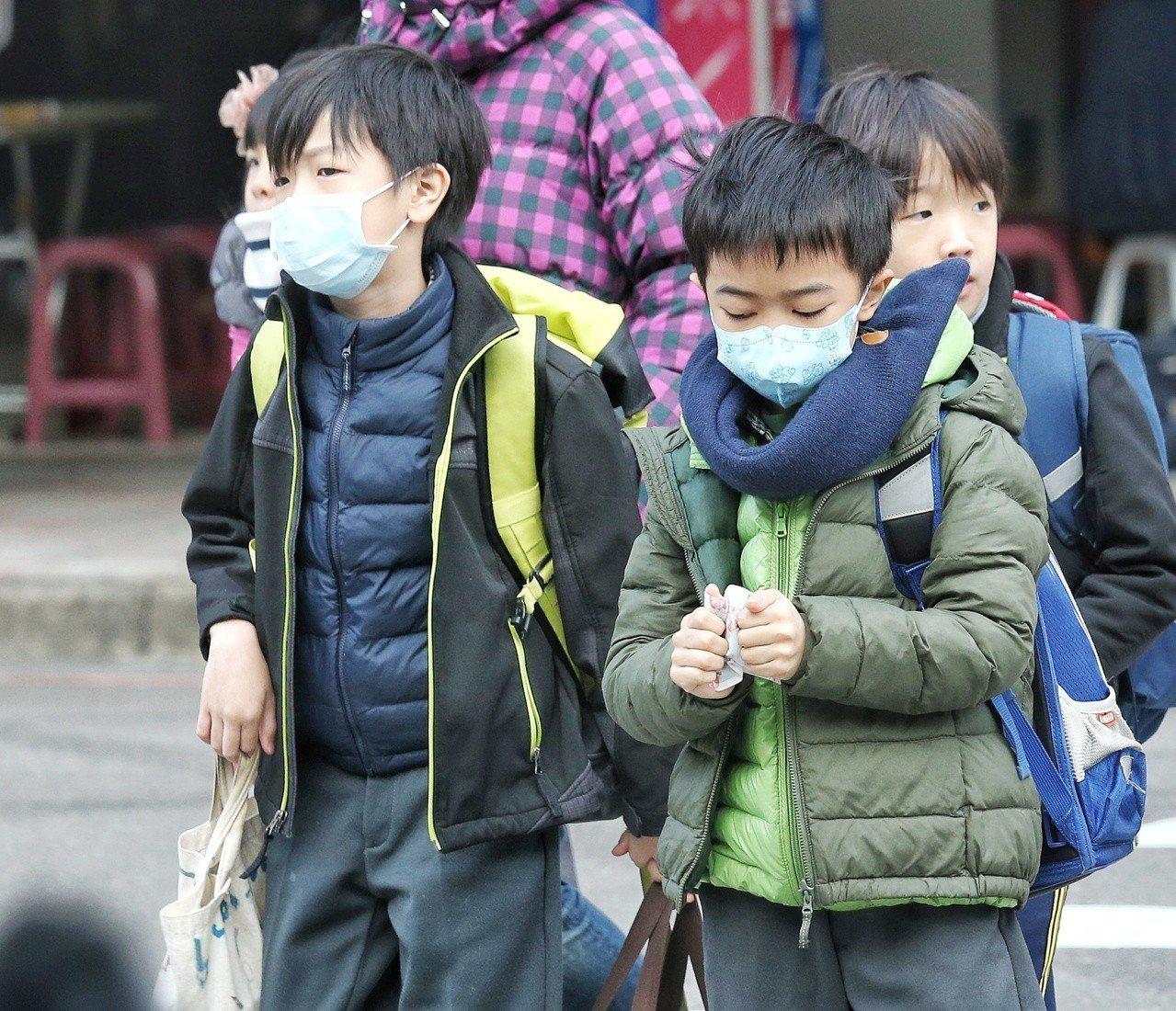 中央氣象局表示,淡水出現六度的低溫,北部地區入夜後也有九度的低溫,孩子們穿上冬衣...