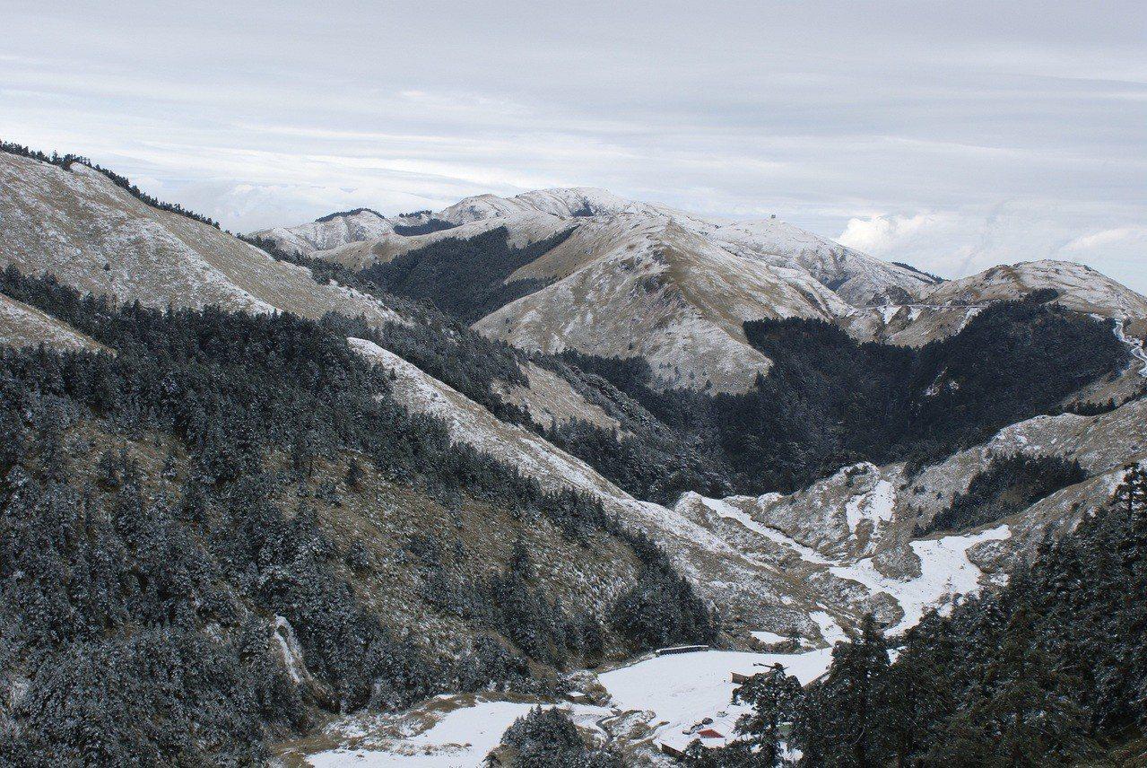皚皚白雪讓合歡山成銀白世界,但山區供水不足,合歡山遊客服務中心將暫停服務三天。圖...